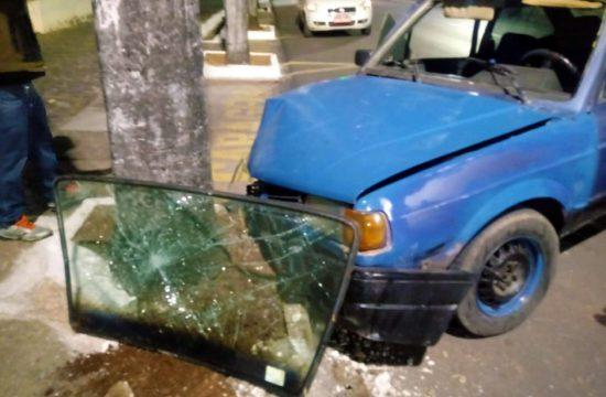 jovem bate carro em arvore